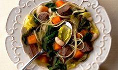 Sopa de capellini com músculo, acelga, escarola e couve