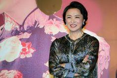 La bailarina que antes fue bailarín. Jin Xing, icono cultural en Asia, abrió el camino a la transexualidad en China. Xavier Fontdeglòria   El País, 2017-04-24 http://elpais.com/elpais/2017/04/21/gente/1492773061_611562.html