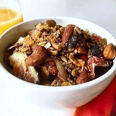 Bom dia!! Começando o dia com um novidade mais que especial... Imagina uma granola incrivelmente deliciosa pedaçuda sem glúten e cheia de antioxidantes?! A GRANOLA DA BELEZA!! Desejou?! Agora você pode incluir esse item no seu café da manhã!! Eu juntamente com o @armazemvilasalute estamos lançando a #granoladabeleza Sim a granola mais gostosa do Brasil foi reformulada para incluir ainda mais antioxidantes que ajudam no combate aos radicais livres assim favorecendo a manutenção do Colágeno e…
