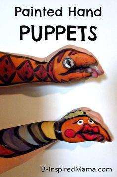 """Sawyer queria uma cobra. Priscilla queria um """"monstro princesa do arco-íris"""".  As crianças tiveram uma explosão abrindo e fechando os dedos para fazer os seus fantoches de mão conversar e morder. B-InspiredMama.com"""