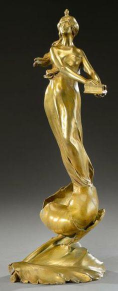 MAURICE BOUVAL Sculpture en bronze doré figurant une femme au coffret