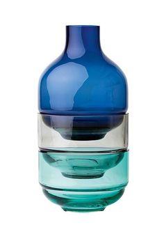 LEONARDO Dose, Glas (3tlg.).  Eine Vase und zwei Schälchen zum dekorieren oder doch lieber ein originelles Designobjekt im kräftigem Blau und Mintgrün? Dieses ungewöhnliche Glas-Trio verbindet beides und lässt Ihrer Kreativität einen großen Gestaltungsspielraum. Füllen Sie zum Beispiel die Schälchen mit frischen Blütenarrangements oder Muscheln und ergänzen Sie das Ensemble mit einem bunten Som...
