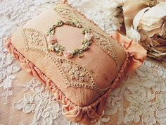 ロココリボン・ピンクッション - イギリスとフランスのアンティーク | バラと天使のアンティーク | Eglantyne(エグランティーヌ)