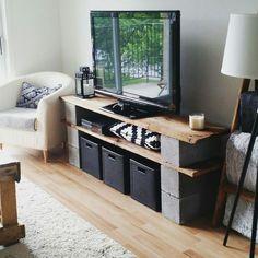 Meuble de télévision en vieux bois de grange et blocks de béton - TV stand made from old barn wood and cement blocks