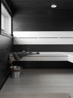 Musta sopii myös hyvin yhteen muiden sävyjen kanssa. Kokeile mustien seinien ja vaaleiden lauteiden yhdistelmää tai toisinpäin. Tikkurilan Supi Saunavahan valmissävy sivellään vaahtomuovisiveltimellä kertaalleen – näin puun kaunis pinta kuultaa hieman läpi.