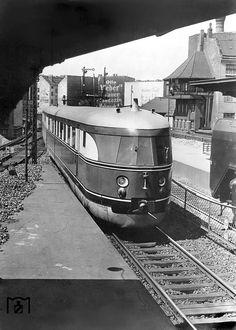 """SVT 137 152 (Bauart Hamburg) trifft als FDt 15 """"Fliegender Kölner"""" im Bahnhof Berlin Friedrichstraße ein. (30.06.1935)"""