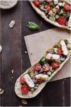 Tartine de pain plat au poulet, pesto et légumes