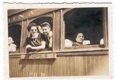Museu Ferroviário Virtual - Passageiros fazem pose na janela de um carro de madeira, em Petrópolis/RJ (Leopoldina Railway), por volta de 1940.