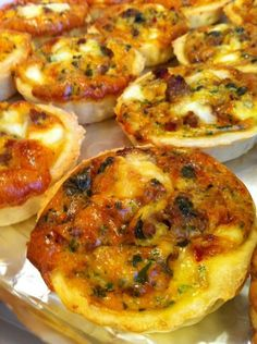 Hello, I want to apologize for my long absence, but for some time, the days are very busy. I still take a little time tonight to publish a recipe that I made during Ramadan last. I did not intend to publish … - Mini Quiches, Casava Cake Recipe, Pizza Sale, Pizza Recipes, Cooking Recipes, Plats Ramadan, Arabian Food, Tapas, Food Gallery