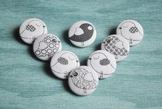 8 Süße Stoffknöpfe (23mm) mit verschiedenen Vögelchen...wie abgebildet.  Du kannst dir gerne das Knopfset aus 8 Stoffknöpfen nach deinen Wünschen... Coasters, Buttons, Etsy, Creative, Random Stuff, Coaster, Plugs