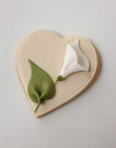 Sweet Simplicity: Ivory Heart Cookie with White Calla Lily