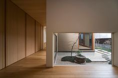 Internal courtyard, spaces separated by walkways Japanese Home Design, Japanese Style House, Japanese Interior, Arch Interior, Patio Interior, Interior Design, Modern Interior, Zen Interiors, Casa Patio