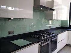 Glazen achterwand in dezelfde kleurstijl als de trendy kleur Early Dew van Flexa #keukenglas #kitcheninspiration #keukeninspiratie #kitchendecoration #plashback #backsplash #spatwand #glazenwand #koken #keukenmuur