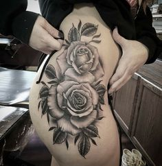 Hergestellt von Stella Luo Tätowierern in Toronto, Kanada - rose tattoos Trendy Tattoos, Sexy Tattoos, Body Art Tattoos, Tattoos For Guys, Tattos, Hip Tattoo Designs, Muster Tattoos, Rosen Tattoos, Black Rose Tattoos