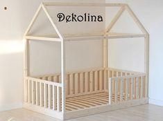 Das Holzhaus Bettgestell wird Ihr Kinderzimmer attraktiver machen. Es kann als ein Bett für Baby oder einfach wie eine Krippe oder bereits ein Kleinkindbett verwendet werden. Das Haus-Bett kann direkt auf den Boden gestellt werden, so habt ihr keine Angst, das Ihr Baby ausrollen kann.