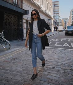 One of the pieces that will always have a place in my closet is definltey a black blazer. Classic and versatile, a good black blazer always seems to work with any outfit, work or weekend,… View Post Blazer Outfits Casual, Classy Outfits, Dress Outfits, Casual Attire, Nice Outfits, Emo Outfits, Work Outfits, Stylish Outfits, Dress Shoes