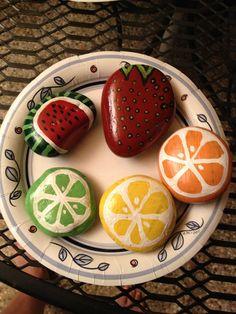 Piatto di frutta con pietre dipinte                              …