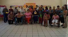 Trabajos manuales, a base de material de reciclaje; varias personas con discapacidad, del al Taller de Manualidades del DIF, realizaron la exposición.