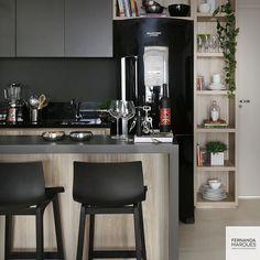 Nós amamos essa área gourmet elegantemente na cor preta  {Fernanda Lima Arquitetura} #areagourmet #cozinha #decor