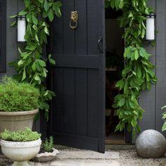 Solid Sheds, Building Raised Garden Beds, Backyard Cottage, Flower Studio, Garden Studio, Romantic Flowers, Beautiful Bathrooms, White Paints, Garden Inspiration