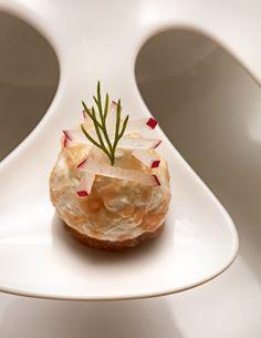 Saumon fumé par nos soins / crème de raifort / crackers - Home-smoked salmon / horseradish cream / crackers ©Stéphane de Bourgies
