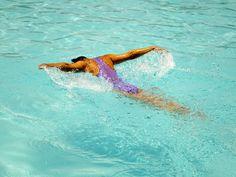 Auch leidenschaftliche Schwimmer kommen irgendwann an den Punkt, an dem das Kachelnzählen langweilig wird und das Trainingsprogramm einen neuen Kick braucht. Die richtige Mischung macht das Schwimm-Training effektiv und abwechslungsreich – und kleine Tipps und Tricks können Trainingsbremsen schnell ausschalten. #schwimmen #ausdauer #training #wasser #nass #schmetterling #brustschwimmen