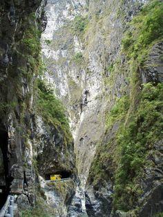Vista espectacular sobre o Desfiladeiro de Taroko, no Parque Nacional de Taroko, condado de Hualien, Taiwan. Formadas por calcário e mármore, as montanhas de Taroko foram escavadas pelo rio Liwu.    Fotografia: Tom Cheng.