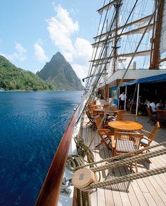 Vivez une autre expérience de la croisière. Embarquez sur l'un des voiliers de la compagnie de croisières Sea Cloud Cruises. Nous sommes ici sur le Sea Cloud II. À bord vous trouverez des prestations très haut de gamme pour les voyageurs les plus exigeants. Tous les itinéraires sont sur Seagnature !