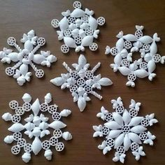 Flocons de neige en pâtes Good idea, for example, for a small Christmas market in the nursing home Snowflakes For Kids, Diy Christmas Snowflakes, Snowflake Craft, Christmas Crafts For Kids, Holiday Ornaments, Simple Christmas, Christmas Projects, Holiday Crafts, Christmas Holidays