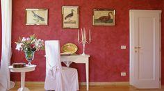 Nel Relais Ca' Maffio sono scelti #arredi di gusto provenzale nei toni neutri per esaltare i colori dei fiori. Abbiamo accostato #mobili di nuova realizzazione (i #letti) a pezzi antichi di famiglia, ad esempio la consolle, usata come #comodino. In Ca' Maffio Relais we have chosen #furniture with Provencal mood and neutral colors  to intensify the colors of flowers.  We put together new #furniture (the #beds) with the owners' old pieces: the #console table, for example, used as night #table.