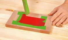 Holz lackieren   selbst.de Plastic Cutting Board, Triangle, Photography, Painting Furniture, Painting On Wood, Wood Workshop, Diy, Past, Inspirational