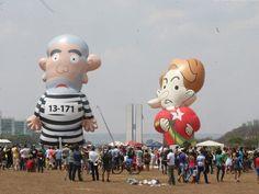Manifestantes protestam com bonecos infláveis da presidente Dilma e do ex-presidente Luiz Inácio Lula da Silva, batizado de 'Pixuleco', nas proximidades da Esplanada dos Ministérios (Foto: André Dusek/Estadão Conteúdo)