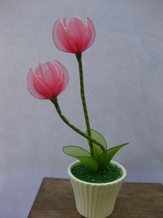 """Hoa Tulíp, biểu tượng cho tình yêu cháy bỏng không thể cưỡng lại được. Thường được các bạn nam tặng tỏ tình các bạn nữ. Tulíp cũng tượng trưng cho một đời theo đuổi hạnh phúc gia đình của người phụ nữ. """"Nếu anh nhìn em đằm thắm, má em lại ửng đỏ làm tim anh thêm bao thổn thức""""  Cũng là một bông hoa của gia đình và tình yêu bất tận, Tulip rất phù hợp với cung Cự Giải - cả đời tìm kiếm tình yêu đích thực và chăm lo gia đình số một. -- Giá: 84,000đ - Mã số: VT-03"""