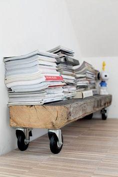 Houten plank op wieltjes, leuk idee voor Remon zijn kamer voor zijn schoolboeken!!