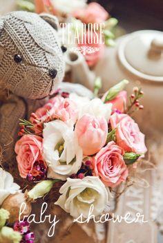 """""""Baby shower"""" virágkompozíció, dekoráció rózsaszín virágokból és macival   baby shower flower composition, decoration with pink flowers and Teddy"""
