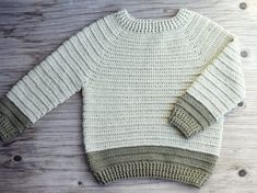 Sofus trøjen - Hæklet trøje til de små | Eponas dagbog Crochet Baby Clothes, Newborn Crochet, Crochet Poncho, Diy Crochet, Baby Knitting Patterns, Baby Patterns, Crochet For Boys, Sewing For Kids, Men Sweater