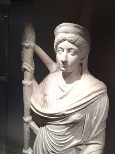 Als je dit beeld zou zien, zou je denken dat dit een godin zou zijn. Sommige mensen denken ook dat dit Ceres is door de fakkel en de slang. Maar haar gezicht lijkt erg veel op het hoofd van Lucilla de vrouw van keizer Lucius Verus.
