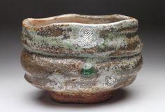Matcha Chawan oder grüner Tee Schale mit brillanten Biidoro. Dies ist eine der freundlichen Chawan kommt mit Tomobako oder Holzkiste w / Multifunktionsleiste. Breite 5,00 Zoll Höhe 3,50 Zoll gut ausgewogen in der Hand und ganz leicht in den Händen Nomi Yasui oder einfach trinken Tee-Schale, am besten beschreibt diese Chawan Was ist Biidoro? Biidoro ist ein Glasperle oder Perlen wie Form, die sinnvollen im feuern passiert, wenn Holz-Asche, Formen und fließt durch Zufall aufbaut...