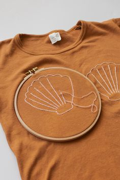 Diy Embroidery Shirt, Embroidery On Clothes, Simple Embroidery, Embroidered Clothes, Embroidery Fashion, Hand Embroidery Patterns, T-shirt Broderie, Broderie Simple, Diy Clothes