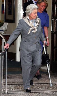 Queen Elizabeth ll in a trouser suit leaving King Edward Vll Hospital in London following keyhole surgery to her knee, 2003