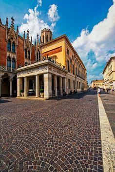 Molti sapranno che Padova è definita la città del prato senza erba del santo senza nome e del caffè senza porte. Quest' ultimo è appunto il caffè Pedrocchi