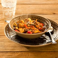 Meng alle kruiden voor het kruidenmengsel door elkaar. Maal de ui, knoflook en gember fijn in de keukenmachine. Verhit 1 eetlepel olie in een pan en bak he
