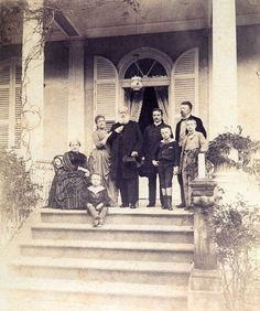* Imperatriz Tereza Cristina, Princesa Isabel, Imperador Pedro II, D. Pedro Augusto, o Conde d'Eu e Crianças *