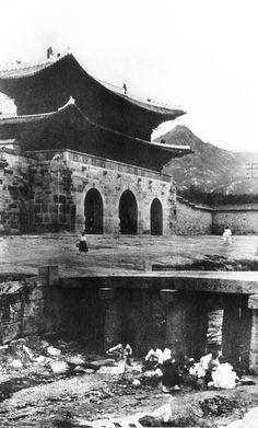 세계도시풍경 > 서울특별시 > 광화문의 운명 (光化門) (Women washing clothes in a stream in front of the Gwanghwamun Gate)