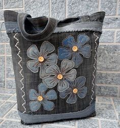 This is gorgeous- original upcycled denim bag Denim Bag Patterns, Sewing Patterns Free, Free Sewing, Blog Couture, Denim Purse, Denim Crafts, Recycle Jeans, Recycled Denim, Patchwork Bags