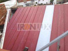 Vista superior lucernario cubierta 30mm policarbonato combinado con panel tapajuntas rojo