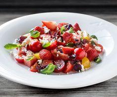 Fristende salat med vannmelon, tomat, jordbær og fetaost