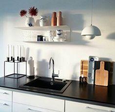 Stilrent køkken med et drys af farve