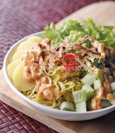 Rujak Juhi Makanan Khas Betawi (Jakarta): noodle, shreded dried squid (juhi), boiled potato, fried tofu, lettuce, and peanut sauce.