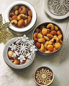 Edle Knabbereien in Dosen: Macadamianusskerne, Mandeln und Cashewkerne, geröstet und mit orientalischem Gewürz verfeinert. Verschiedene Gewürzdosen (zum Beispiel von Ikea) mit einem edlen Prägestern bekleben und die Honig-Salz-Nüsse hineinfüllen. Zum Rezept: Honig-Salz-Nüsse